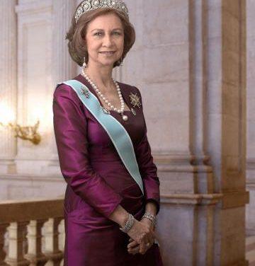 La Reina Sofía visita la sede del Banco de Alimentos de Cáceres para conocer la labor que realizan