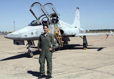 Una mujer supera por primera vez a los hombres en la escuela de pilotos de Talavera la Real