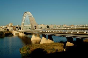 Unos trescientos camioneros cruzan el Puente Lusitania de Mérida demandando la tarifa mínima