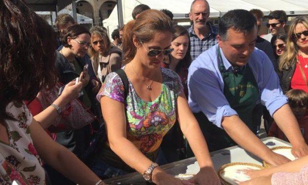 El público de la Feria del Queso aprende a elaborar queso de oveja mediante el sistema tradicional