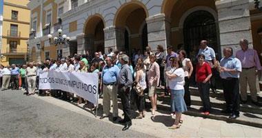 Unos 200 funcionarios del Ayuntamiento de Badajoz se concentran en apoyo de los imputados en el caso Canal