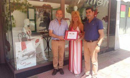 """La tienda de ropa """"Miren"""" gana el primer certamen de escaparates con temática sanjuanera de Coria"""