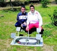 Dos estudiantes de Almendralejo inventan un escaléxtric que puede funcionar con energía solar
