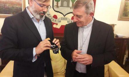 El Obispo José Luis Retana visita el Ayuntamiento de Plasencia y recibe un obsequio por parte de éste