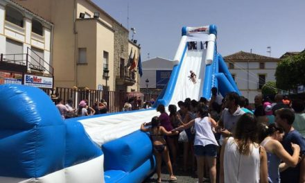 Moraleja sofoca las altas temperaturas del primer día de San Buenaventura con atracciones acuáticas