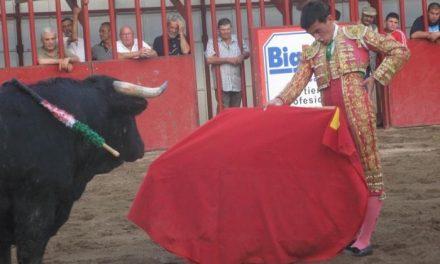 El novillero pacense Fernando Flores sale a hombros en la novillada con picadores de Moraleja