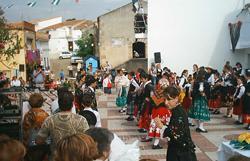 Maestros y estudiantes de Garciaz recuperan el folclore con la representación de una boda extremeña