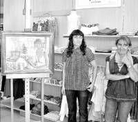 La artista Teresa Villalón expone sus cuadros de pintura en 24 tiendas de Villanueva de la Serena