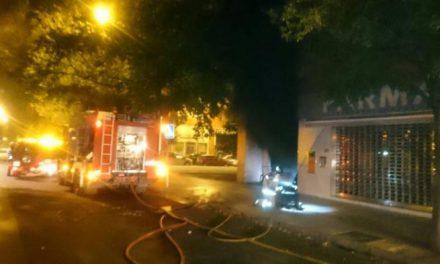 Un incendio en un garaje de Badajoz calcina cuatro coches y deja dañados más de una veintena