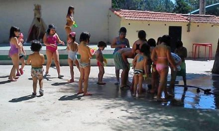 El taller de verano de la Asociación de Vecinos del barrio de San Juan de Plasencia acoge a 22 niños