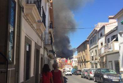 Medios terrestres continúan trabajando en la extinción del incendio declarado este martes en Alcántara