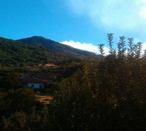 Un retén y un agente del INFOEX continúan trabajando en el incendio de la sierra Jálama