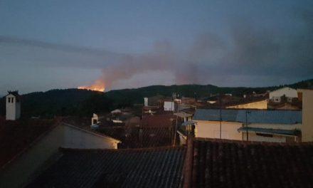 Medios terrestres continúa trabajando en la extinción de un incendio declarado en Santibáñez El Alto