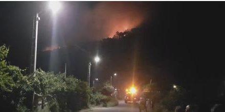 El incendio que afecta a una zona próximo al Castillo de Gata está controlado pero no se puede dar por extinguido