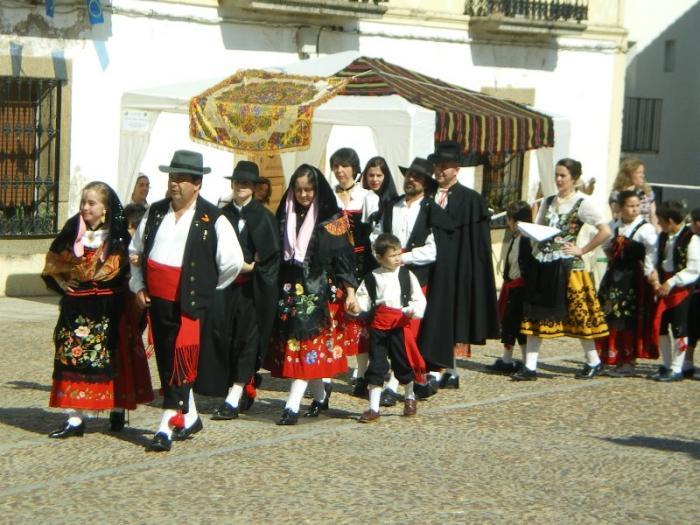 Los alumnos del colegio de Garciaz protagonizan una boda extremeña para recuperar las tradiciones