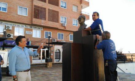 El Ayuntamiento de Coria coloca de nuevo el busto del Doctor Viera en la plaza que lleva su nombre