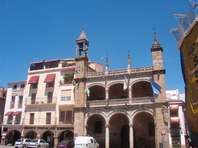 El consistorio de Plasencia dedica dos calles de la ciudad a sendos exconcejales fallecidos este año