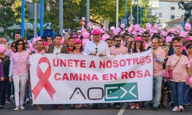 Una marea rosa recorre las calles de Coria como muestra de apoyo a los enfermos de cáncer