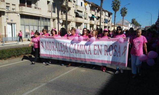 Unas 1.500 personas han mostrado su apoyo a los enfermos de cáncer en la Marcha Rosa de Moraleja