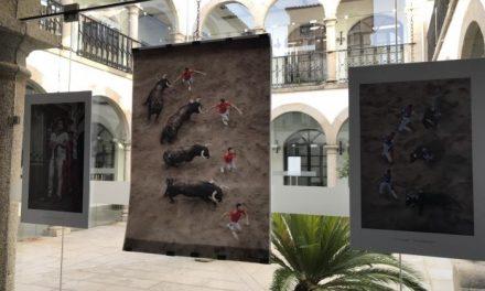 """La exposición de fotos """"Viento en las astas"""" hace un repaso por las fiestas de San Juan de este año"""