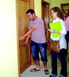 Un total de 86 vecinos de Don Benito reciben las llaves de sus nuevas viviendas en un acto en la casa de cultura