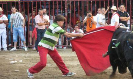 Miles de personas se dan cita en el espectáculo taurino de la tarde de la Peña El 27 en las fiestas de Coria
