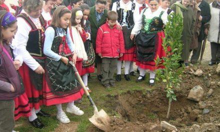 Una veintena de vecinos de Villanueva de la Sierra recrearán el 26 de febrero la primera Fiesta del Árbol