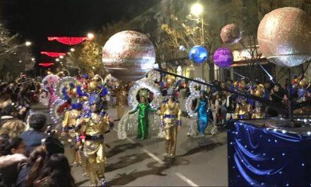 Más de una decena de grupos llena de brillo y colorido las calles de Coria en el primer desfile de Carnaval