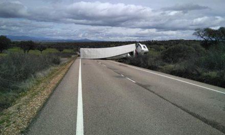 El vuelco de un camión de grandes dimensiones obliga a cortar varias horas la carretera de Moraleja a Zarza