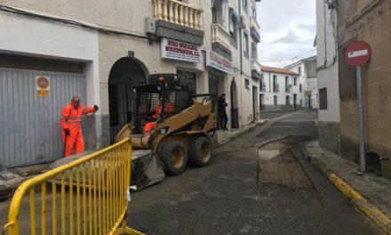 El Ayuntamiento de Moraleja pone en marcha la campaña de asfaltado de este año en una docena de calles