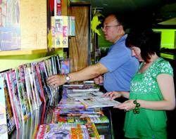 El Biblioverano ofrece un millar de libros para leer y juegos en la piscina municipal de Don Benito