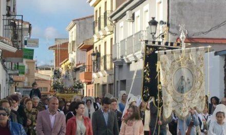 Numerosos público acompaña a la Virgen de la Vega en su recorrido por las calles de Moraleja
