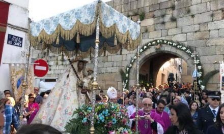 Cientos de vecinos de Coria arropan a la Virgen de Argeme en su traslado a la ciudad