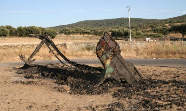 Queman en Aldeacentenera la patera homenaje a la emigración, obra del artista Emilio González