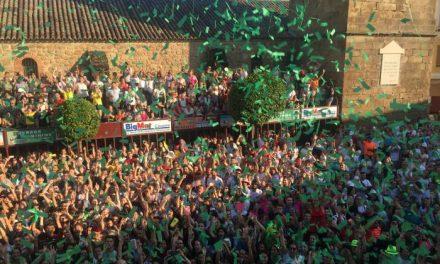 Miles de personas llenan la Plaza de España de Moraleja para dar la bienvenida a San Buenaventura