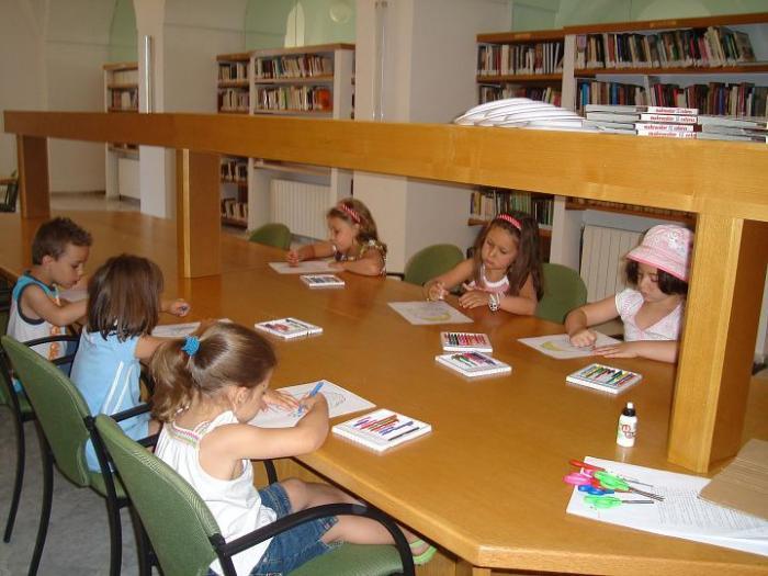 La Biblioteca Municipal Pública de Valencia de Alcántara imparte talleres para niños en el verano