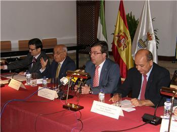 El presidente de la Junta inaugura los cursos de verano de la UEX en la localidad de Alcántara