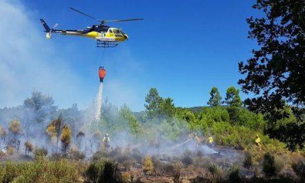 Los médios aéreos se retiran del incendio de Cabezuela del Valle que sigue activo