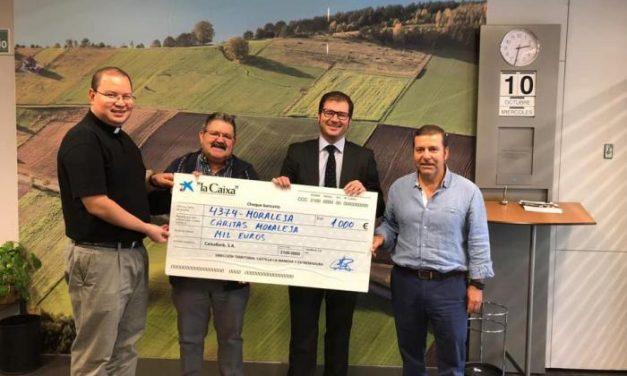Cáritas Diocesana de Moraleja recibe el cheque de los 1.000 euros recaudados en la V Milla Urbana
