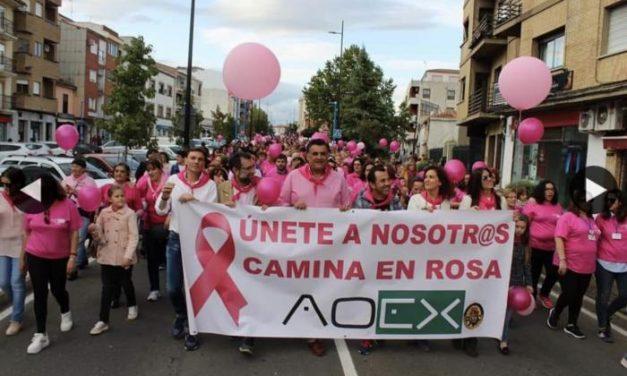 El rosa inunda las calles de Coria con una marcha contra el cáncer que ha contado con éxito de participación