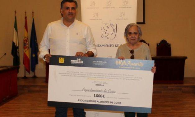 """Coria entrega a la Asociación de Alzheimer los 1.000 euros conseguidos en la campaña de reciclaje """"Reto Amarillo"""""""