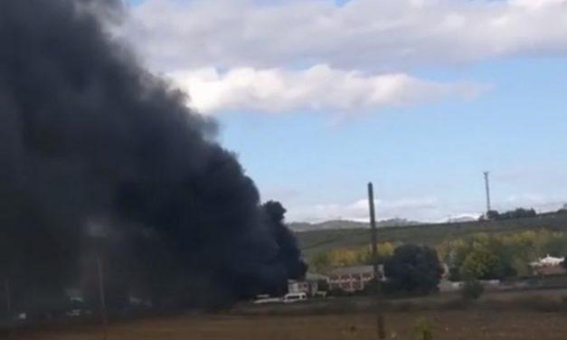 Un incendio en una nave de la Isleta de Coria calcina tres vehículos pero no provoca daños personales