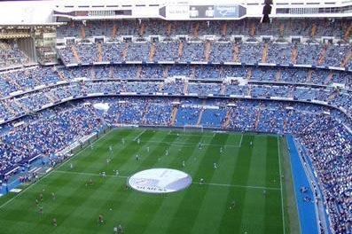 El Ayuntamiento de Aliseda ha instalado 400 sillas en el pabellón concedidas por el Santiago Bernabéu