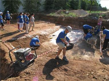 Excavan una de las fosas comunes de la Guerra Civil en las inmediaciones del cementerio de Mérida