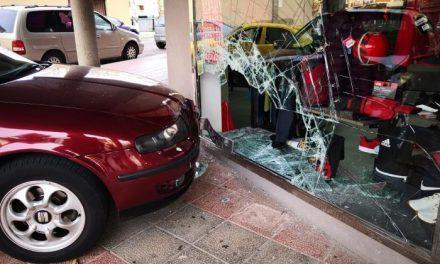 Roban en una tienda de ropa deportiva de Coria mediante el método del alunizaje con un coche robado