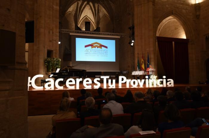 La Diputación homenajea a los alcaldes que han pasado por los municipios cacereños en los 40 años de democracia