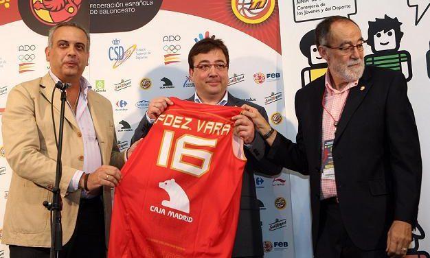 El presidente de la Junta, recibió la ionsignia de oro y brillantes de la Federación Española de Baleoncesto