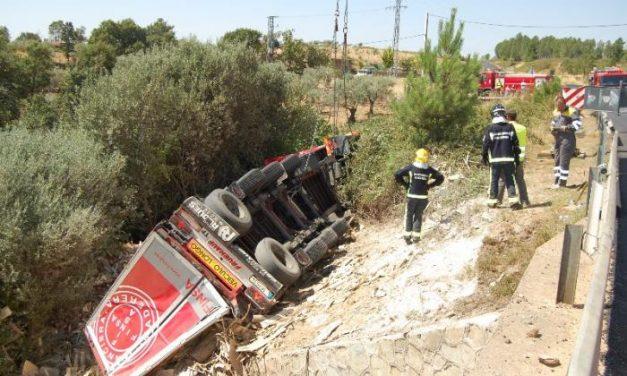 Los bomberos rescatan el cadáver del camionero accidentado en Valverde 17 horas después del suceso