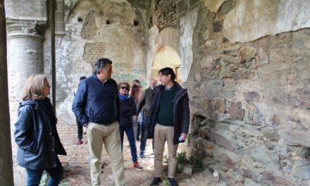 El alcalde de Coria visita las ruinas del Convento San Francisco para buscar posibles mejoras