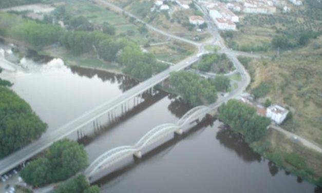 El Ayuntamiento de Coria pone en marcha una batida de limpieza en el río Alagón en su paso por la ciudad